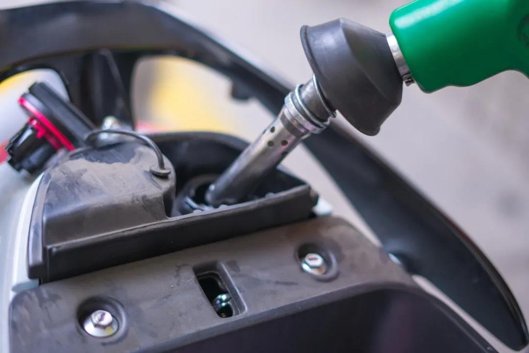 为什么说油灯亮了加油伤车?正确加油的这几点一定牢记!